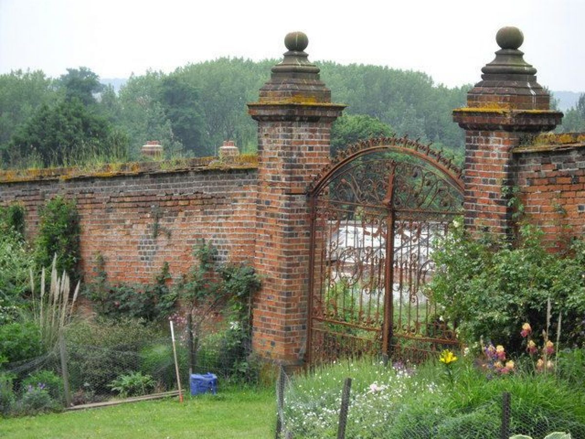 Pgds 20140826 201207 A Gate Into The Walled Garden    Geograph Org Uk   1423518